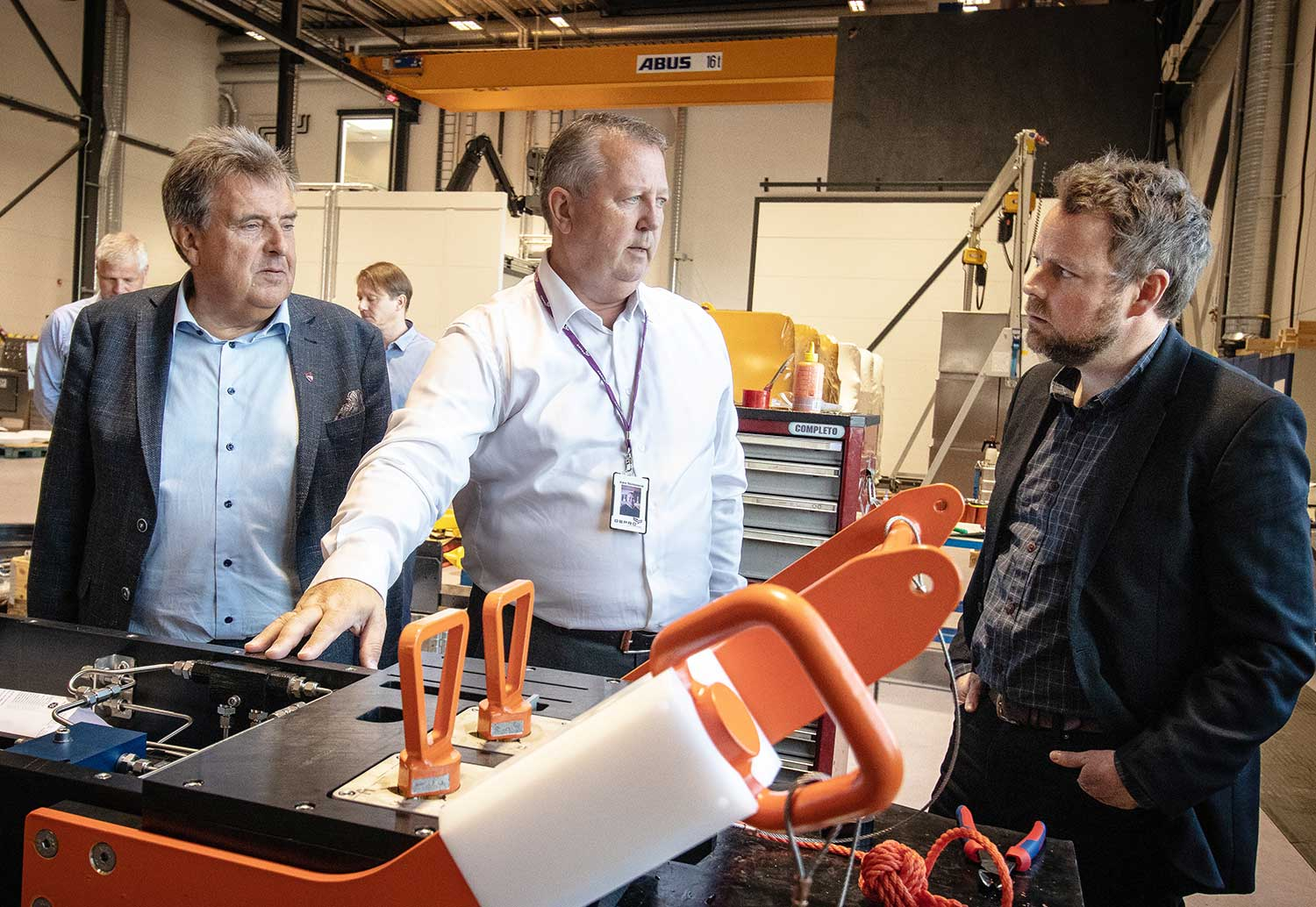 CEO at Depro AS, Kåre Stokkeland shows Minister of Trade, Torbjørn Røe Isaksen, around in Depros workshop